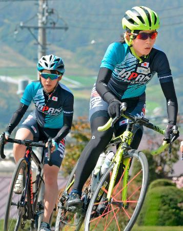 自転車をこいで体力強化を図る高木美帆(右)と姉の高木菜那=長野県の菅平高原