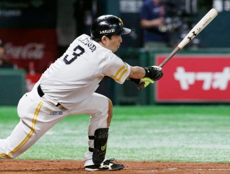 5回ソフトバンク1死満塁、松田宣が左前に適時打を放つ=ヤフオクドーム