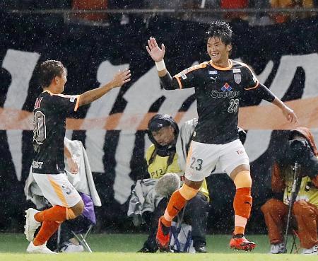 FC東京―清水 後半、先制ゴールを決め喜ぶ清水・北川(右)=味スタ