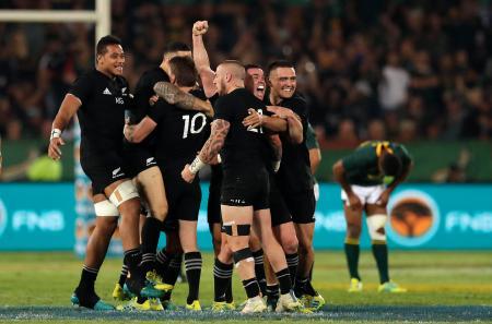 ラグビーの南半球4カ国対抗、南アフリカを下し、喜ぶニュージーランドの選手たち=6日、プレトリア(AP=共同)