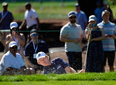 米男子ゴルフ開幕戦、セーフウェー・オープン第3日、ブラント・スネデカーの7番バンカーショット=6日、ナパ(ゲッティ=共同)
