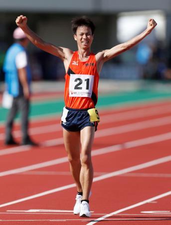 成年男子1万メートル競歩決勝 39分5秒44で優勝した静岡・池田向希=福井県営陸上競技場