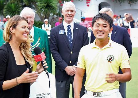 アジア・パシフィック・アマチュア選手権で優勝しインタビューを受ける金谷拓実(右)=セントーサGC(大会広報提供・共同)