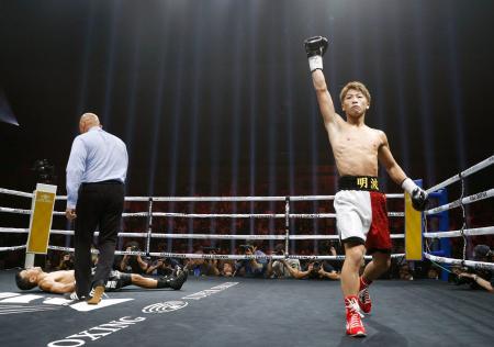WBAバンタム級世界戦で、フアンカルロス・パヤノ(左奥)に勝利しガッツポーズする井上尚弥。1回1分10秒でKOし初防衛に成功した=7日、横浜市の横浜アリーナ