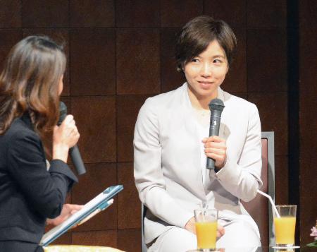 イベントのトークショーで意気込みを語るスピードスケート女子の小平奈緒=8日、長野県松本市