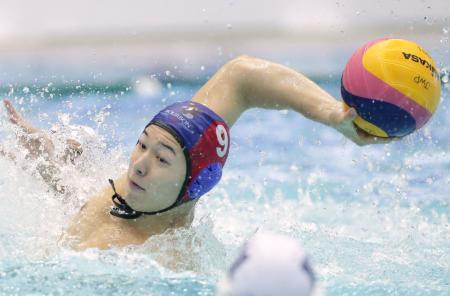 Kingfisher74との決勝の第1ピリオドで、ゴールを狙うブルボンKZの稲場悠=東京辰巳国際水泳場
