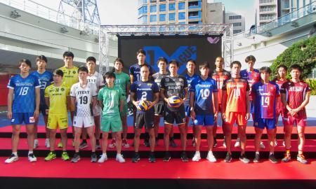 開幕を前に開かれたバレーボールの「Vリーグ」男子の記者会見後、写真撮影に応じる選手たち=9日、名古屋市