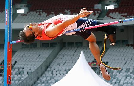 男子走り高跳び(義足など) 1メートル92に挑戦する鈴木徹。失敗した=ジャカルタ(共同)