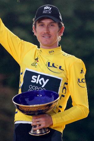 ツール・ド・フランスで初の総合優勝を果たし、トロフィーを手にするゲライント・トーマス=7月、パリ(AP=共同)