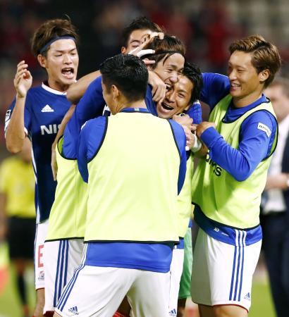鹿島―横浜M 後半、先制ゴールを決め、喜ぶ天野(右から3人目)ら横浜Mイレブン=カシマ