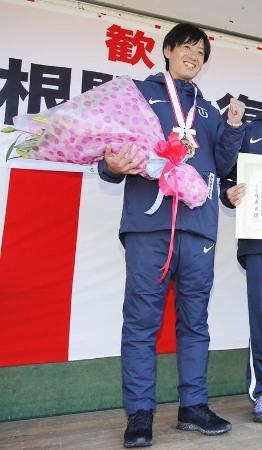 ことし1月の箱根駅伝で往路優勝を果たし、喜ぶ東洋大の酒井俊幸監督