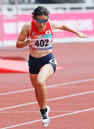 女子400メートル(視覚障害)決勝 1位でゴールする佐々木真菜=ジャカルタ(共同)