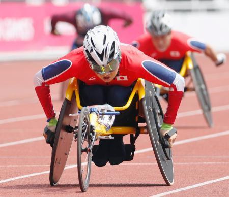 男子400メートル(車いすT52) 1位でゴールする佐藤友祈=ジャカルタ(共同)