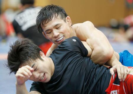世界選手権に向けて練習する高橋侑希(奥)=味の素ナショナルトレーニングセンター