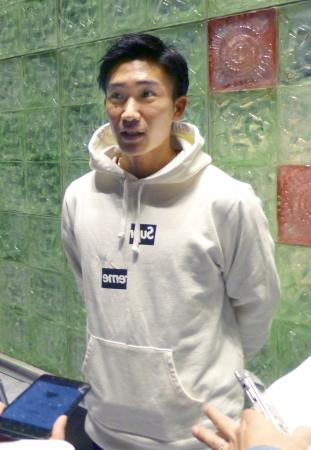 欧州遠征出発前に取材に応じる桃田賢斗=13日午前、成田空港