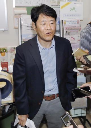 取材に応じるALSOKレスリング部の大橋正教監督=13日、静岡県三島市