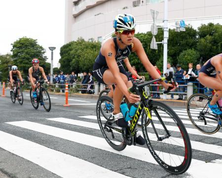 バイクで力走する女子優勝の高橋侑子=東京・お台場
