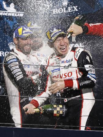 世界耐久選手権第4戦で優勝し、シャンパンをかけ合い喜ぶトヨタ7号車の小林可夢偉(右)ら=富士スピードウェイ