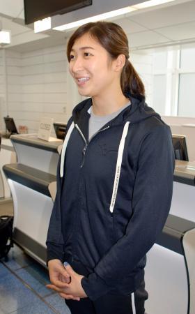 海外合宿への出発前に羽田空港で取材に応じる競泳女子の池江璃花子=15日