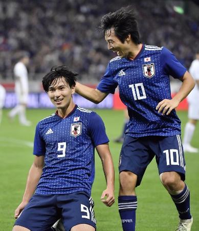 日本―ウルグアイ 後半、自身2点目のゴールを決め、中島(右)に祝福される南野=埼玉スタジアム