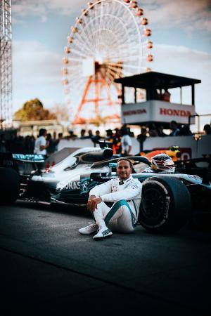 10月7日に行われたF1日本GPを制してリラックスした表情を見せるハミルトン=MercedesーAMG Petronas Motorsport