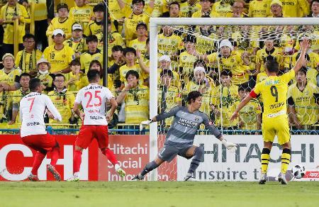 柏―名古屋 前半、先制ゴールを決める名古屋・ジョー(左端)。柏・GK桐畑=三協F柏