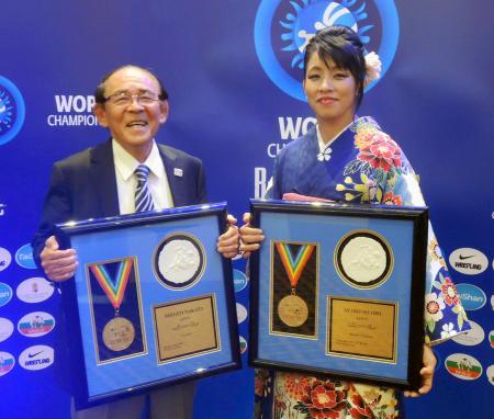 世界レスリング連合の殿堂入りを果たし、記念撮影する中田茂男氏(左)と正田絢子氏=ブダペスト(共同)