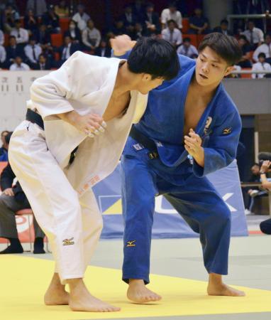 決勝に出場した日体大の阿部一二三(右)=ベイコム総合体育館