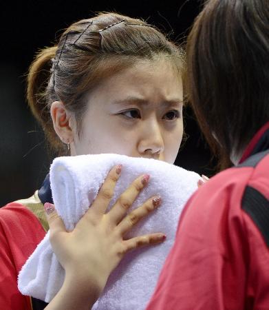 2012年7月のロンドン五輪・卓球女子シングルス 試合中にコーチの話を聞く福原愛(共同)
