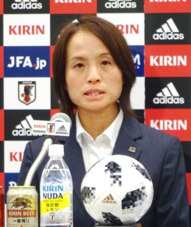 記者会見するサッカー女子日本代表の高倉監督=23日、東京都文京区