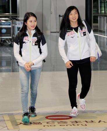 スケートアメリカで優勝し帰国した宮原知子。右は2位の坂本花織=23日午後、大阪空港