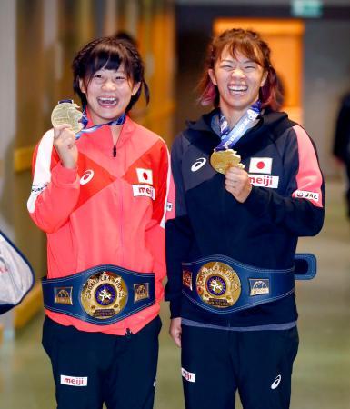金メダルを手に笑顔を見せる女子55キロ級の向田真優(左)と女子59キロ級の川井梨紗子=23日、ブダペスト(共同)