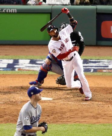 ドジャース戦の7回、代打で3ランを放つレッドソックスのヌネス。投手ウッド=ボストン(共同)