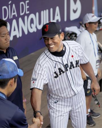韓国に勝利し、笑顔で関係者と握手する稲葉監督=バランキジャ(共同)