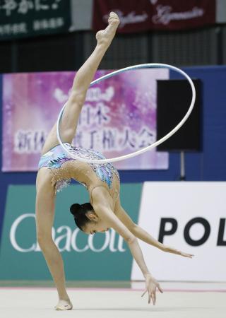女子個人総合前半で首位に立った喜田純鈴のフープ=千葉ポートアリーナ