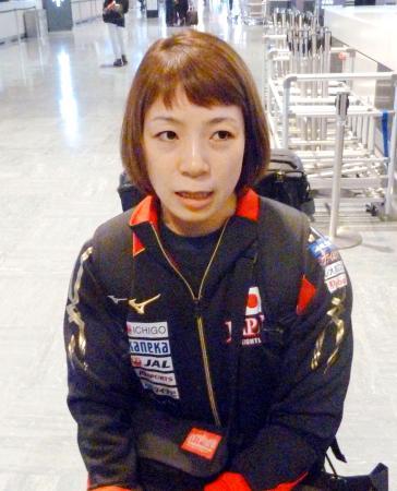 世界選手権への出発を前に、取材に応じる三宅宏実=26日、成田空港