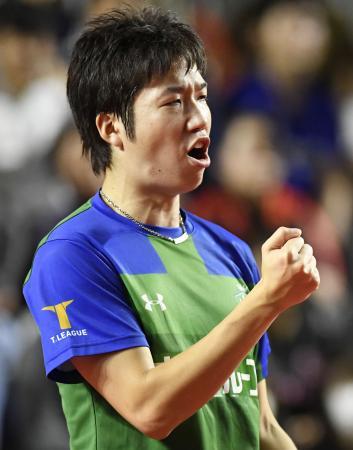 東京―岡山 シングルスでポイントを奪い、ガッツポーズする東京の水谷隼=武田テバオーシャンアリーナ