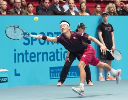 シングルス決勝 ケビン・アンダーソンと対戦し、ボールを追う錦織圭=ウィーン(共同)