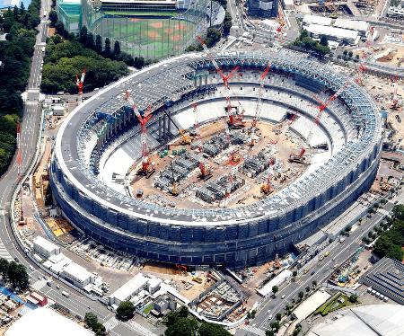 建設中の新国立競技場=7月、東京都新宿区
