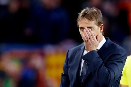 バルセロナに大敗し左手で顔を覆うレアル・マドリードのロペテギ監督=バルセロナ(AP=共同)