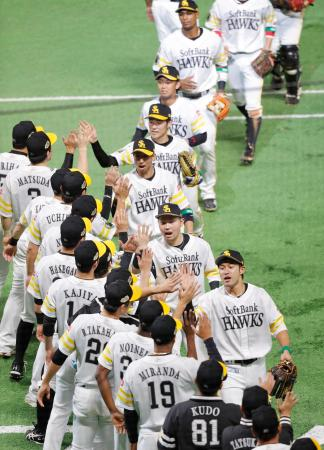 広島に勝利し、ベンチ前でタッチを交わすソフトバンクナイン=ヤフオクドーム