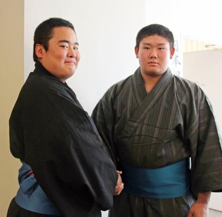 新弟子検査を終え握手をする浜洲泉啓(左)と下村龍太朗=31日、福岡市内