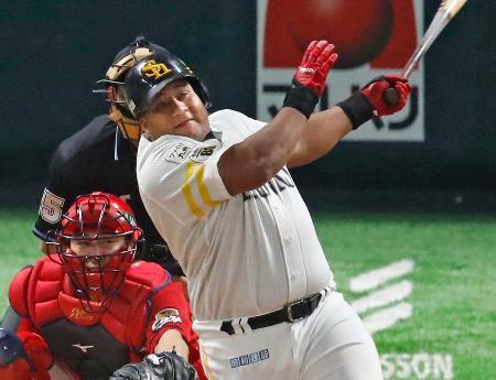 4回ソフトバンク2死、デスパイネが左越えに本塁打を放つ。捕手会沢=ヤフオクドーム