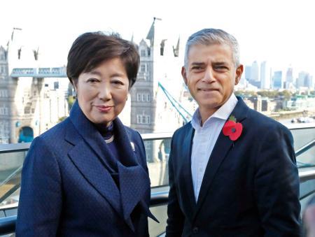 ロンドン市庁舎で会談したカーン市長(右)と東京都の小池百合子知事=31日(共同)