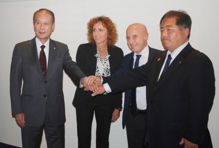 2020年東京五輪の事前合宿に関し、東京都内で開かれた締結式。左から2人目はイタリア・オリンピック委員会のセンシーニ副会長=31日