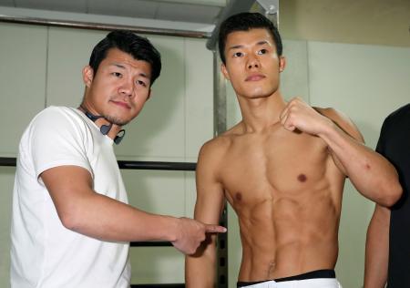WBCスーパーバンタム級暫定王座決定戦を前に写真撮影に応じる亀田和毅。左は兄の興毅氏=東京都内のジム