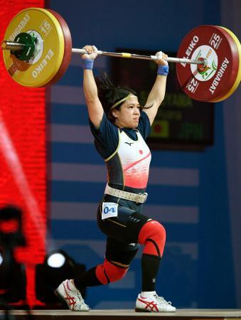 女子55キロ級 ジャークで102キロを成功した佐渡山彩奈=アシガバート(共同)