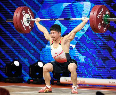 男子61キロ級 スナッチで132キロに成功した糸数陽一=アシガバート(共同)