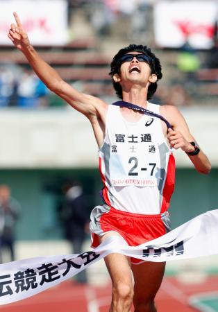 優勝した富士通のアンカー・久我和弥=熊谷スポーツ文化公園陸上競技場