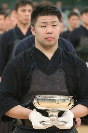 2連覇を達成、優勝杯を手にする西村英久=日本武道館
